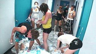 学生在宿舍里玩耍。现实