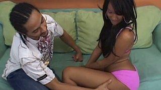 可爱的黑人青少年与完美的屁股得到性交