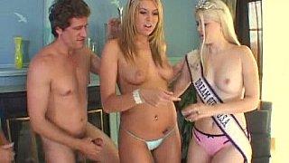 两个美国小姐得到他们的屁股4个男人性交!