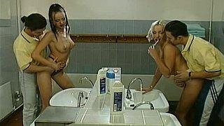 两名青少年被两名男子在浴室里搞砸了
