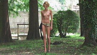 长腿高挑美女摆姿势