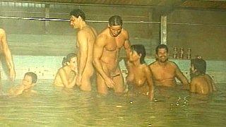 5在5狂欢池中。拳交。撒尿。