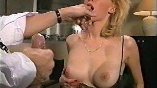 办公室女孩得到她的阴部和屁股性交,眼镜jizzed