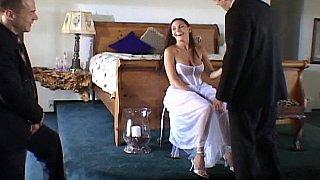 可爱的新娘被两个性交