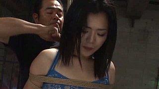 无辜的亚洲女孩得到他们的屁股捆绑和拧紧