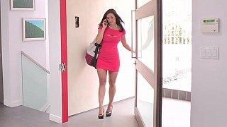 她在下班后看到自己的手淫时抓住了她的继子