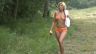 美丽的金发美女得到她的屁股操在森林里
