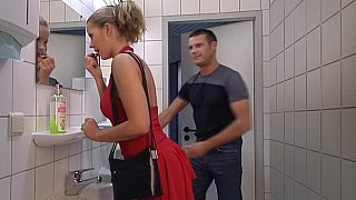 红衣女士在厕所里得到了她的屁股。吞