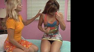 女同性恋妈妈交换他们的年轻女儿