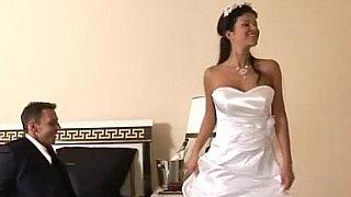 新娘会在她美丽的白色婚纱中性交