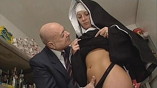 修女和肮脏的老人。没有性别