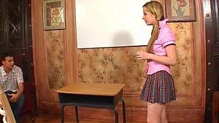 深喉和肛门行动的女大学生