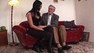 年轻的大学女生舔了舔和性交的老人