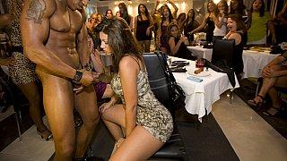 大约70名角质女孩挤满了俱乐部