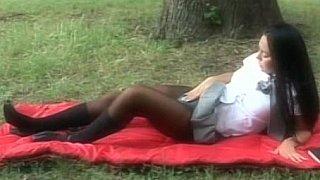长发黑发女学生在公园里得到性交