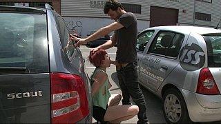 红发欧元女孩在公共场合遭到性交