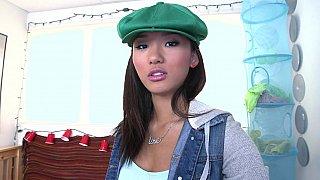 向我们展示她的身体的可爱亚洲青少年阿丽娜李
