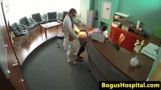 医生在桌子上乱搞医院检查员
