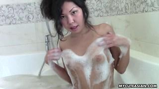 亚洲青少年在浴缸里有一个感性的泡泡