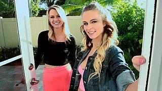 Lilli Dixon和她的朋友Molly West在Cumfiesta