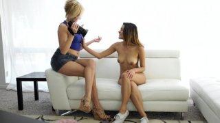 当她接受凯特的采访时,萨西拉蒂娜乔西贾格尔炫耀她的性感和性感......