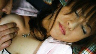 苗条的亚洲青少年用她的嘴取悦许多男人
