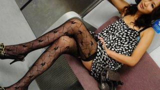 Asami Yoshikawa漂亮的日本宝贝在地铁里得到阴部舔