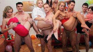 可爱的大学女生在派对上表现得像肮脏的荡妇