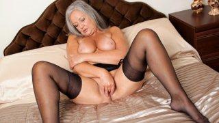 热情丰满的奶奶乱搞她的湿漉漉的洞