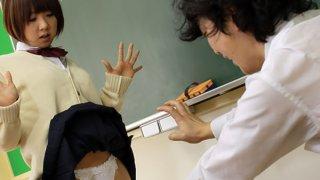 亚洲黑发荡妇在教室里搞砸了