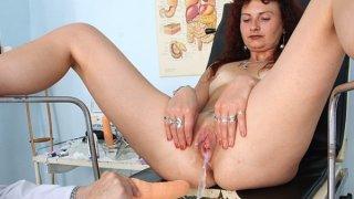 在弯曲医院的红头发女人阴道检查
