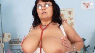 巨大的山雀米尔夫护士展示了她的大梅隆