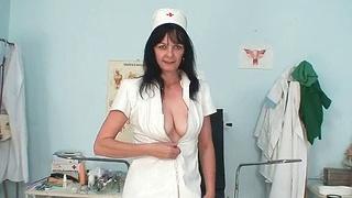 肮脏的老熟女护士在乳胶下得到了不错的大奶头