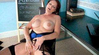 我抓住了我的老师擦她的阴蒂