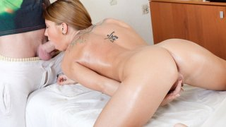 可爱和纹身的金发bimbo在她的阴户中得到一个巨大的鸡巴