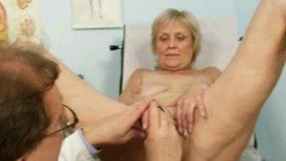 成熟的老Brigita从有经验的gyno医生那里得到阴部检查