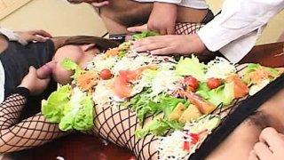 日本的AV模型变成了角质家伙的食用桌子
