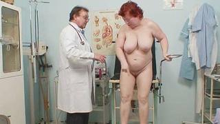 年迈的红发女人毛茸茸的猫gyno考试