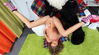 可爱的女孩去与熊猫熊肛门