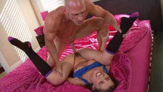 丹妮丹尼尔斯展开她的腿,并让她的阴户由一名囚犯操纵
