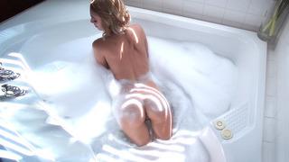 Erica Fontes在浴室里用肥皂擦洗她的性感身体