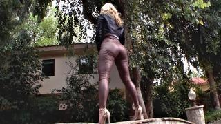 Ashley Fires穿着紧身皮裤和高跟鞋摆姿势