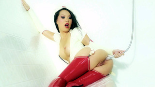 Asa Akira穿着护士服装,肛门冲洗