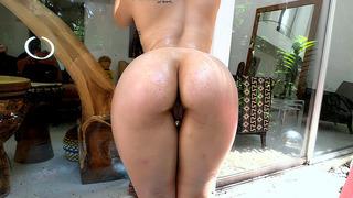 尼基利马扮演她完美的屁股,并获得了油渍