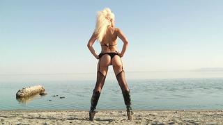 Anikka Albrite穿着她傲慢的服装漫步沙漠