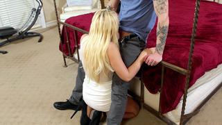 Kagney Linn Karter在膝盖上跪下,做了一个深喉