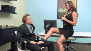 命运狄克逊让他吮吸她漂亮的小脚趾,直到她的阴部淋湿
