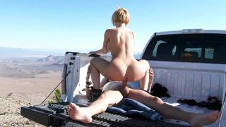 Kagney Linn Karter骑着他的卡车床女牛仔风格