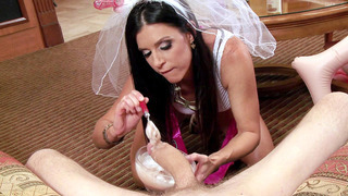 性感的新娘印度夏季奶油他的公鸡和吸吮它