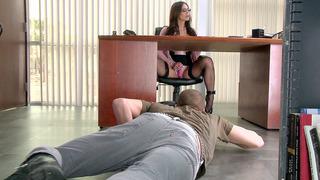 Kendra Lust在她的阴蒂上使用了振动器,让Xander伸出舌头